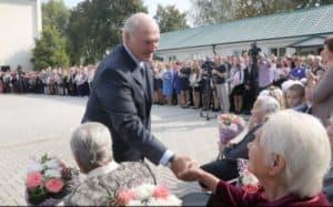 Лукашенко посещает школу